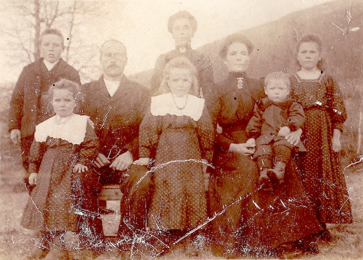 Wings of Whimsy: Family at Bakke, Hornindal, Norway - free for personal use #vintage #ephemera #freebie #printable #photo