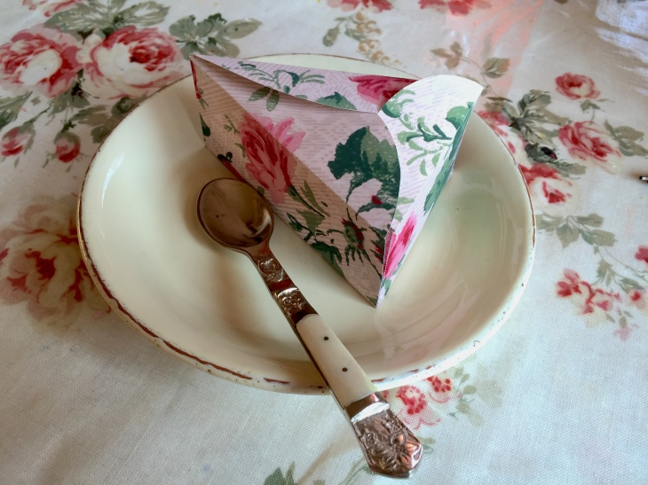 Wings of Whimsy: Wallpaper Small Cake Box #vintage #printable #ephemera #wallpaper #cake #box